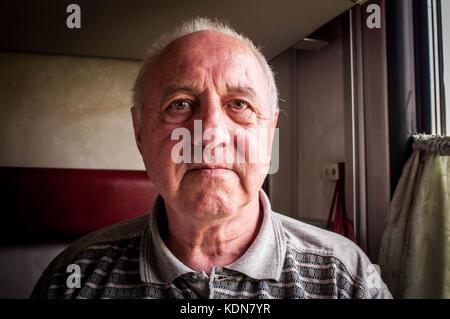 PERM, RUSSIE, MAI 19 : ce retraite voyage a bord du Transsiberien, il rend visite a sa soeur qui habite a Perm en - Stock Image