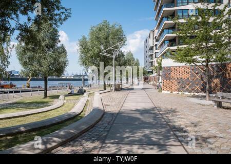 Street scene along Elbe river waterfront promenade, Dalmannkai, Hafencity, Hamburg, Germany - Stock Image