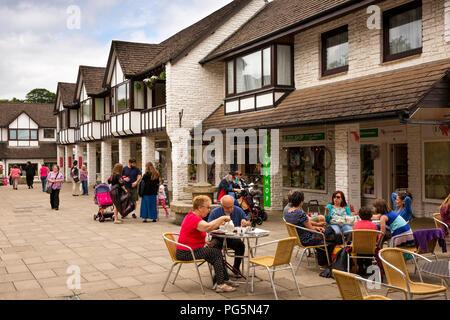 UK, England, Devon, Okehampton, Red Lion Yard, alfresco diners in pedestrianised courtyard - Stock Image