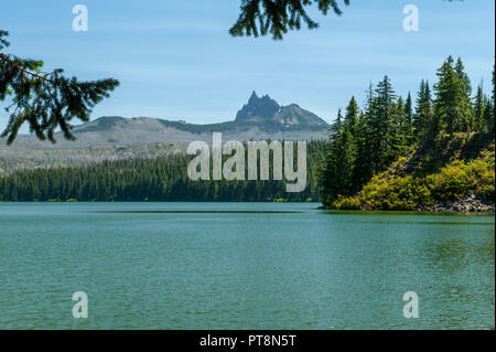 Oregon's Marion Lake and Three Fingered Jack in the Mt. Jefferson Wilderness.  The distant scars of the 2003 B&B Complex fire are still prominent. - Stock Image