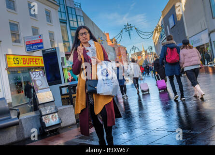 Shoppers in a busy city street. - Stock Image