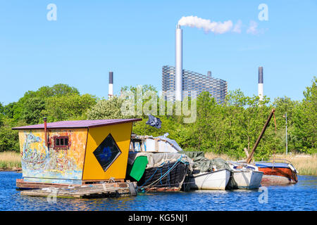 Boats and floating house seen from boat trip along the canals of Copenhagen, Denmark - Stock Image