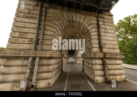 France, Paris, 15eme, 2019-04,  Bir-Hakeim bridge crosses the Seine river. The bridge has two levels: one for motor vehicles and pedestrians, and a vi - Stock Image