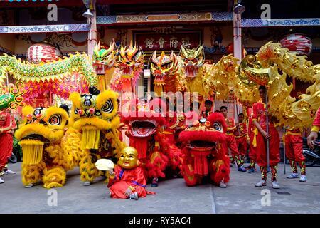 Vietnam, Ho Chi Minh Ville, district 5, danse du dragon ou du Lion devant la pagode Hoi Quan Quynh Phu / Vietnam, Ho Chi Minh City, district 5, Lion or dragon dance in front of Hoi Quan Quynh Phu pagoda - Stock Image