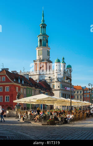 Poznan Old Town, view of people relaxing at sunset at cafe tables in the Renaissance Market Square in Poznan Old Town, Poland. - Stock Image