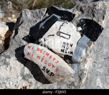 A warning, in French and written on stones, about cigarette ends and litter,in the Gorges du Verdon in Southern - Stock Image