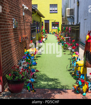 ESTES PARK, CO, USA-18 JULY 18: A colorful alley leading to a shop selling the light-hearted artistic items on the trinket-lined path. - Stock Image