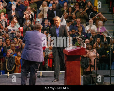 Chicago, Illinois, USA. 4th November 2018. Illinois gubernatorial candidate JB Pritzker welcomes former President Barack Obama to the stage at today's rally. The rally at UIC was a final push preceding the upcoming midterm general election this Tuesday, which many expect will be a wave election in favor of the Democrats. Credit: Todd Bannor/Alamy Live News - Stock Image