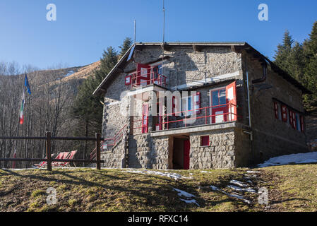 Traditional Mountain hut built in stone at Porta Franca, Corno alle Scale, Apennine Mountains, Tuscany, Italy - Stock Image