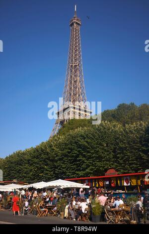 France, Paris, Banks of the Seine, Terrace of the Marine Bar and the Eiffel Tower - Stock Image