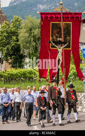 Corpus Christi cerimonial procession in Kurtatsch an der Weinstraße, Adige Valley, South Tyrol, northern Italy. Corpus Christi day. men dressed in tr - Stock Image