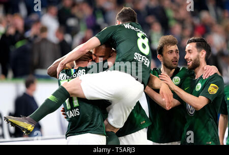 22 April 2019, Lower Saxony, Wolfsburg: Soccer: Bundesliga, 30th matchday: VfL Wolfsburg - Eintracht Frankfurt in the Volkswagen Arena. Wolfsburg's John Anthony Brooks (2nd from left) cheers his goal to 1:1 against Eintracht Frankfurt with Felix Klaus (left), Renato Steffen (jumping), Admir Mehmedi (2nd from right) and Yunus Malli (right). Photo: Peter Steffen/dpa - IMPORTANT NOTE: In accordance with the requirements of the DFL Deutsche Fußball Liga or the DFB Deutscher Fußball-Bund, it is prohibited to use or have used photographs taken in the stadium and/or the match in the form of sequence  - Stock Image