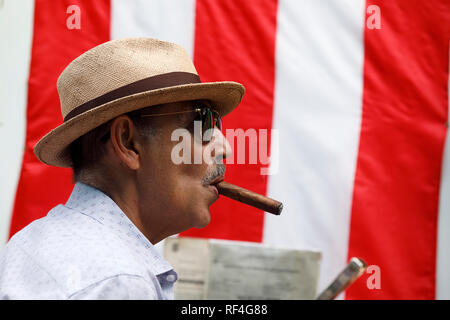 Sidewalk cigar vendor, Old San Juan, Puerto Rico - Stock Image