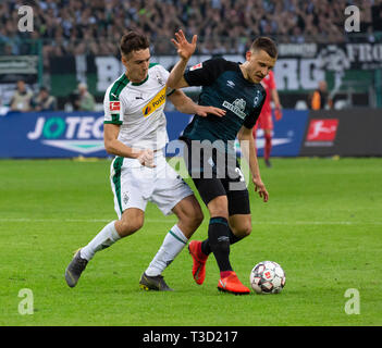 sports, football, Bundesliga, 2018/2019, Borussia Moenchengladbach vs SV Werder Bremen 1-1, Stadium Borussia Park, scene of the match, Maximilian Eggestein (Bremen) in ball possession, left Florian Neuhaus (MG), DFL REGULATIONS PROHIBIT ANY USE OF PHOTOGRAPHS AS IMAGE SEQUENCES AND/OR QUASI-VIDEO - Stock Image