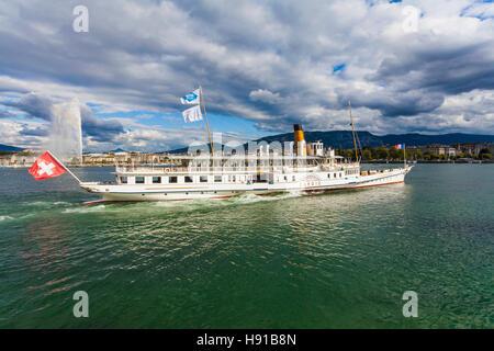 Schweiz, Kanton Genf, Genfer See, Genf, Stadt, historischer Raddampfer Savoie, Schaufelraddampfer,  Jet d'Eau - Stock Image