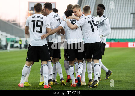 Eat, Deutschland. 22nd Mar, 2019. The German players cheer on the goal to 1: 0 for Germany, jubilation, cheer, cheering, joy, cheers, celebrate, goaljubel, jubilationtraube, full figure, football Laenderpiel, U21, friendly match, Germany (GER) - France (FRA) 2 : 2, on 21.03.2019 in Essen/Germany. ¬ | usage worldwide Credit: dpa/Alamy Live News - Stock Image