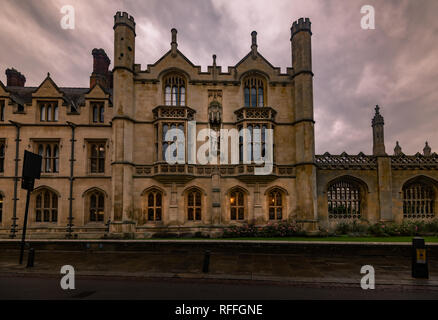 Cambridge: building with the statue of Henry VIII by King's college - Stock Image