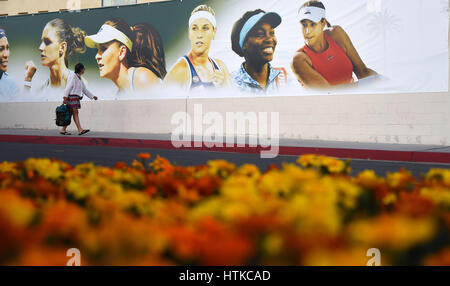 Indian Wells, California, USA. 12th March 2017. A Tennis fan walks by a banner of WTA stars during the BNP Paribas - Stock Image