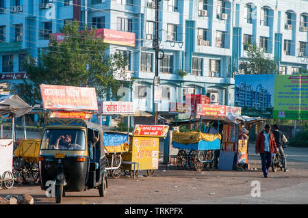 Stalls by the roadside in Bhopal, India - Stock Image