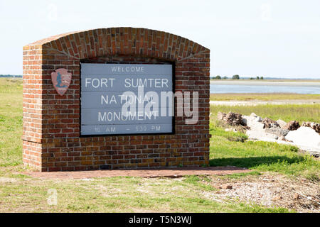 A sign welcomes visitors to Fort Sumter National Monument near  Charleston, South Carolina, USA. The site is operated by the US National Park Service. - Stock Image