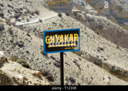 On the trail between Chele and Samar, sign pointing to the Tibetan village of Ghyakar, Upper Mustang region, Nepal. - Stock Image