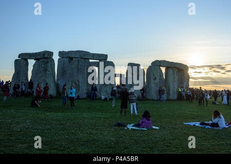 Stonehenge, Amesbury, UK, 20th June 2018,   The sun starting to set over the stones for the summer solstice  Credit: Estelle Bowden/Alamy Live News. - Stock Image