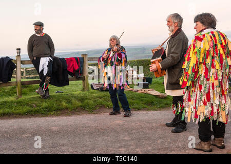 Every May Day morning (May 1st) the Foxwhelp Morris dancers perform at sunrise at Arthur's Stone, a Neolithic dolmen near Dorstone, Herefordshire, UK. - Stock Image