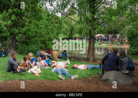 Vienna summer park, view of Viennese friends relaxing on a summer Sunday afternoon in the Stadtpark in Vienna, Wien, Austria. - Stock Image