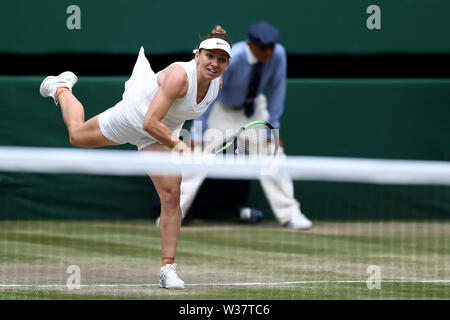 London, UK. 13th July, 2019.London, UK. 13th July, 2019.London, UK.  The All England Lawn Tennis and Croquet Club, Wimbledon, England, Wimbledon Tennis Tournament, Day 12; Simona Halep (ROM) serves to Serena Williams (USA) Credit: Action Plus Sports Images/Alamy Live News Credit: Action Plus Sports Images/Alamy Live News - Stock Image