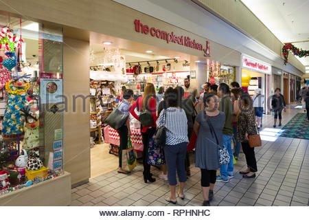 A crowd of people outside the Compleat Kitchen watching a demonstration, Kahala Mall, Honolulu, Oahu, Hawaii, USA - Stock Image