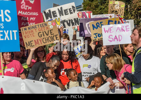 London, UK. 20th October 2018. People behind the main banner with posters. People gather with placards, banners and flags at Hyde Park Corner for the People's Vote March calling for a vote to give the final say on the Brexit deal or failure to get a deal. They say the new evidence which has come out since the referendum makes it essential to get a new mandate from the people to leave the EU. Peter Marshall/Alamy Live News - Stock Image