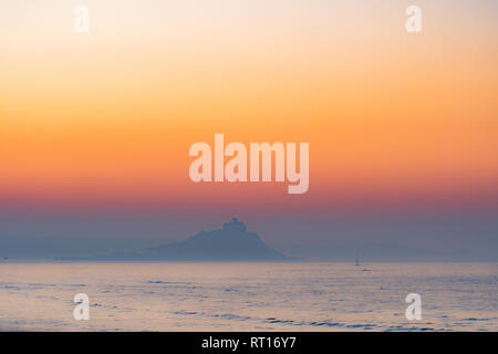 Longrock, Cornwall, UK. 27th Feb, 2019. UK Weather. A misty sunrise looking towards St Michaels Mount this morning. Credit: Simon Maycock/Alamy Live News - Stock Image