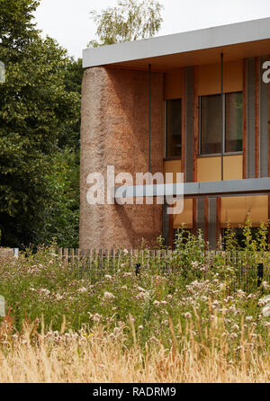 Rear entrance viewed from park - oblique view. The Enterprise Centre UEA, Norwich, United Kingdom. Architect: Architype Limited, 2015. - Stock Image