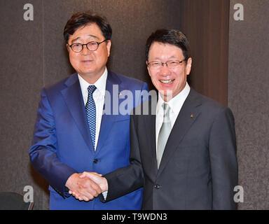 Chairman of Mitsubishi Motors Osamu Masuko (L) and New CEO Takao Kato attend a press conference in Tokyo, Japan, 20 May 2019. Credit: AFLO/Alamy Live News - Stock Image