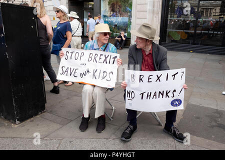 London, UK. 23rd June 2018. Two onlookers supporting the anti-Brexit March for a Peoples Vote from the sidelines.  Credit: Scott Hortop/Alamy Live News. - Stock Image