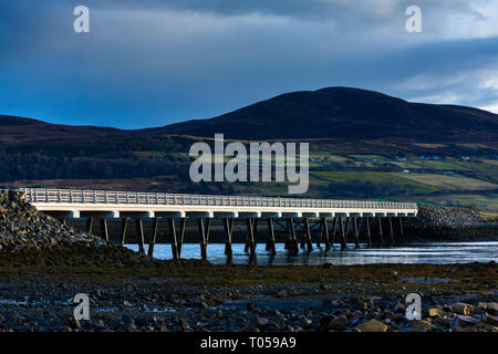 The Kyle of Tongue bridge and the hill of Meall nan Clach Ruadha, Tongue, Sutherland, Scotland, UK - Stock Image