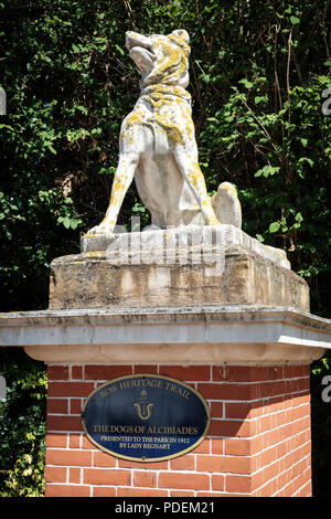 Dogs of Alcibiades statue at the entrance to Victoria Park, East London, UK - Stock Image