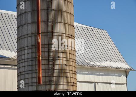White barn and silo, Lancaster County, Pennsylvania, USA - Stock Image