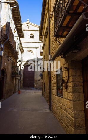 Laguardia, Álava province, Basque Country, Spain : Narrow alley and Church of Santa María de los Reyes in the historic town of Laguardia in the Rioja  - Stock Image