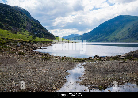 Looking south from dam to Llyn Cowlyd Reservoir below Creigiau Gleision mountainside in Snowdonia National Park, Capel Curig, Conwy, North Wales, UK - Stock Image