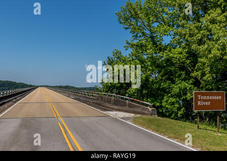 FLORENCE, AL, US-5/5/15:  The Natchez Trace Parkway bridge over the Tennessee River. - Stock Image