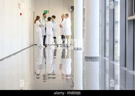 Doctors and nurses talking in corridor, Hospital - Stock Image