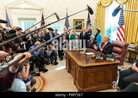 """U.S President Donald Trump, joined by Vice President Mike Pence and members of his Cabinet holds an impromptu press conference after the """"Cutting the Red Tape and Unleashing Economic Freedom"""" event in the Oval Office of the White House October 17, 2018 in Washington, DC. - Stock Image"""