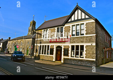 The Horse & Groom public house in the town centre of the market town of Cowbridge. The historic town hall is on the left. - Stock Image