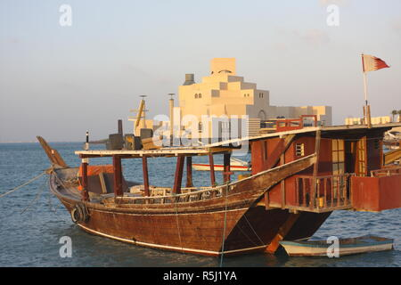 Fishing dhow in front of the Museum of Islamic Art, architect I.M.Pei,  Doha, Qatar - Stock Image