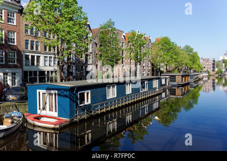 Houseboats on Brouwersgracht canal in Amsterdam, Netherlands - Stock Image