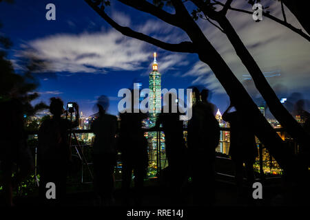 Photographers and tourists take photos of the Taipei skyline from the Elephant Mountain at dusk, Taiwan - Stock Image