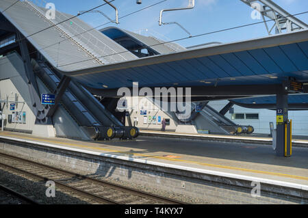 A man uses a cash machine on the platforms at Reading Station - Stock Image