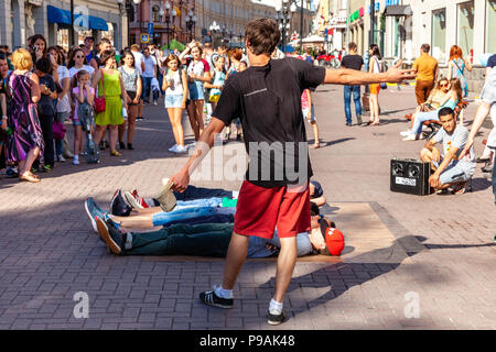 MOSCOW, RUSSIA - JULY 24: Guys making show on the Arbat Street in the historical centre of Moscow on July 24, 2015 in Moscow, Russia. - Stock Image