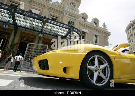 A yellow Ferarri stand in front of the Casino in Monte Carlo, Monaco, 25 May 2007. Photo: Roland Weihrauch - Stock Image